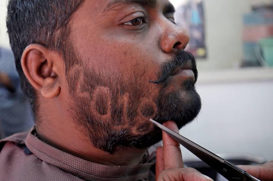 Um homem apara a barba para mostrar o número 2018 em homenagem ao Ano Novo, dentro de uma barbearia em Ahmedabad, na Índia - 29/12/2017