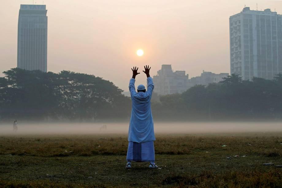 Homem é visto se exercitando pela manhã em um parque da cidade de Kolkata, na Índia - 04/12/2017