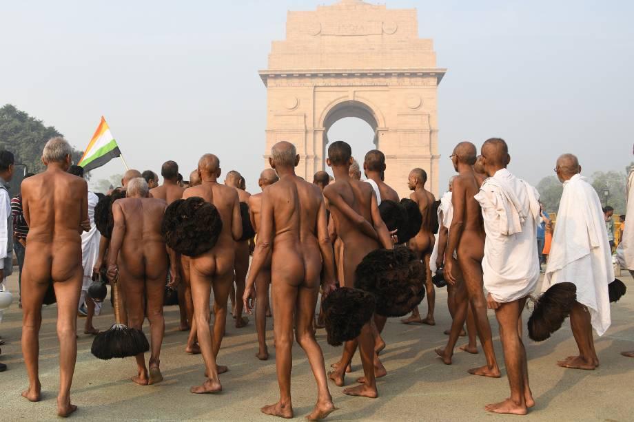 Peregrinos indianos Jain andam nus perto do Portão da Índia, em Nova Deli. Alguns devotos Jain prometem renunciar ao mundo material, incluindo roupas. Eles são vegetarianos rigorosos e seguem um código de não-violência - 04/12/2017