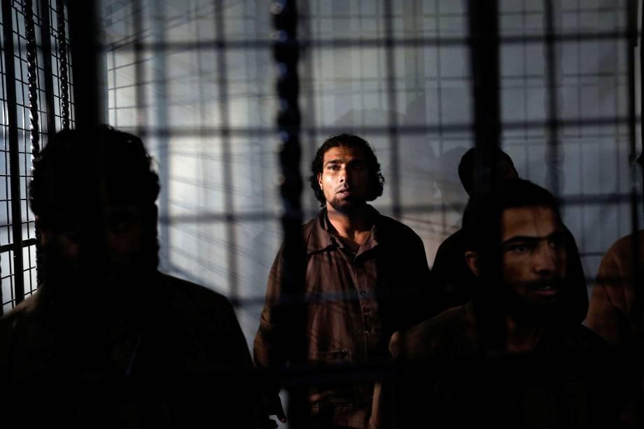Cinco homens sírios, acusados de facilitar os atentados de Rukban em junho de 2016, deixam a cela para ir ao julgamento no Tribunal de Segurança do Estado em Amã, na Jordânia - 04/12/2017