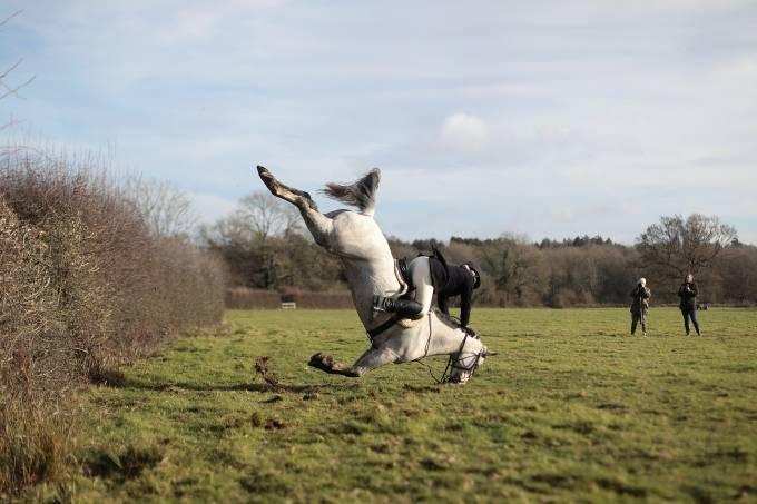 Cavalo erra o salto durante a caçada do Boxing Day, na Inglaterra