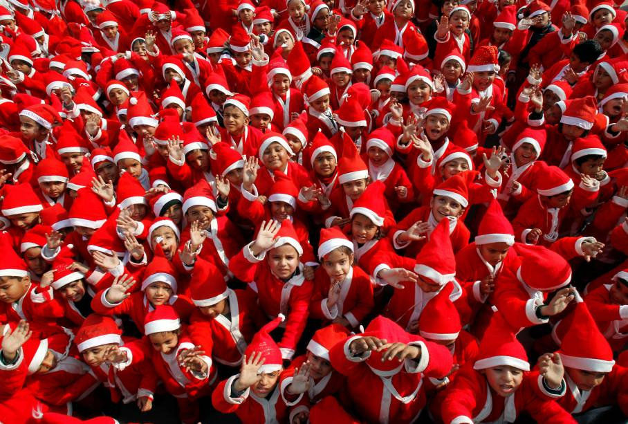 Crianças são fotografadas vestidas de Papai Noel em celebração de Natal de escola em Chandigarh, na Índia - 20/12/2017