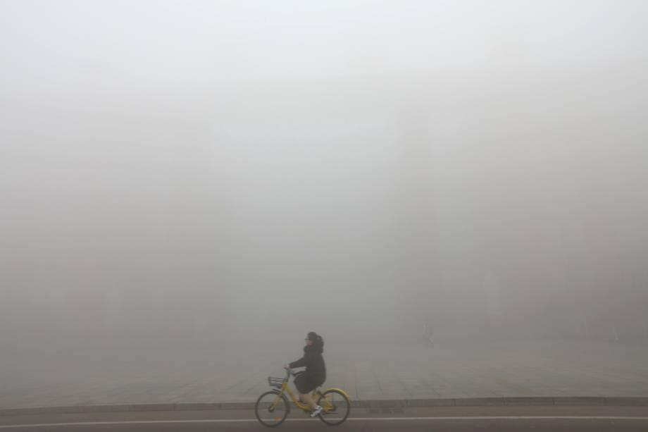 Ciclista é fotografado em meio a nevoeiro pesado em Jinan, província de Shandong, na China - 29/12/2017