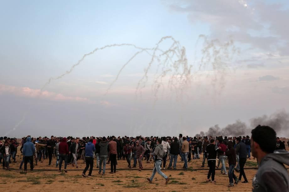 Manifestantes palestinos entram em conflito com as forças israelenses perto da fronteira entre Israel e Gaza, ao leste da Faixa de Gaza, na cidade de Khan Yunis - 29/12/2017