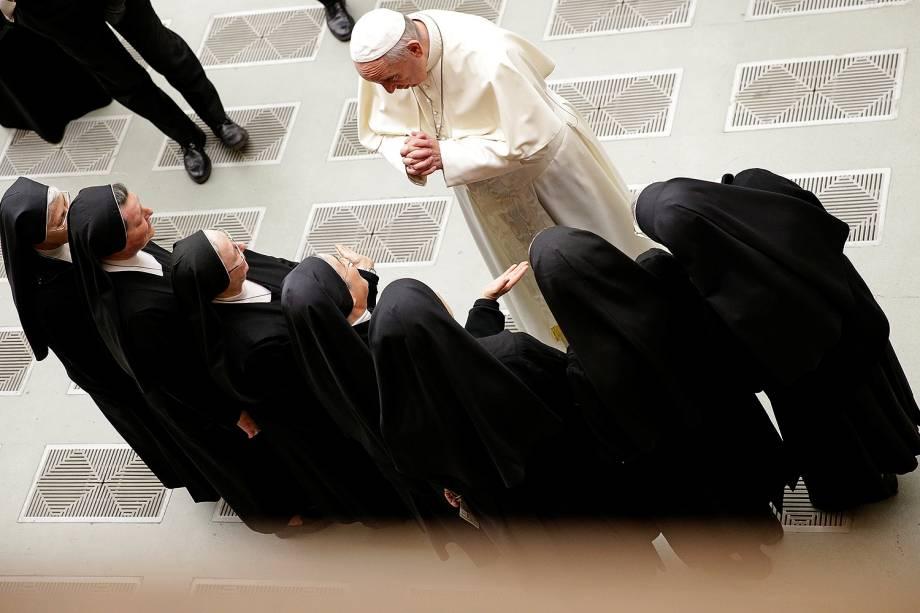 O papa Francisco cumprimenta um grupo de freiras durante sua audiência semanal na Sala Paulo 6º, no Vaticano - 20/12/2017