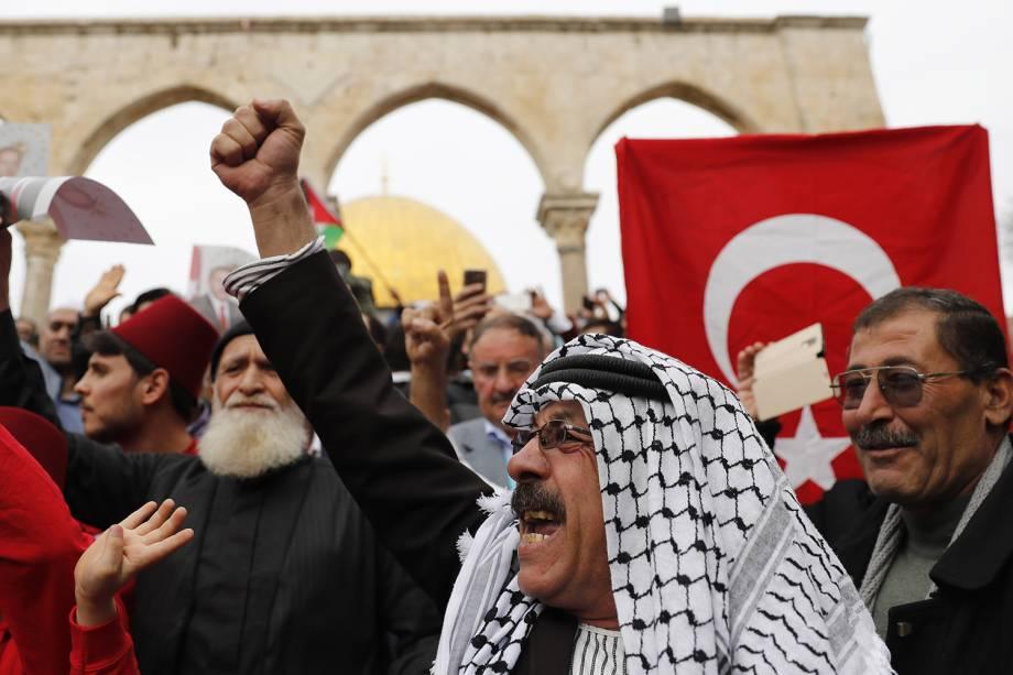 Manifestantes palestinos protestam contra a decisão do presidente Donald Trump de mover a embaixada americana em Israel de Tel-Aviv para Jerusalém - 22/12/2017