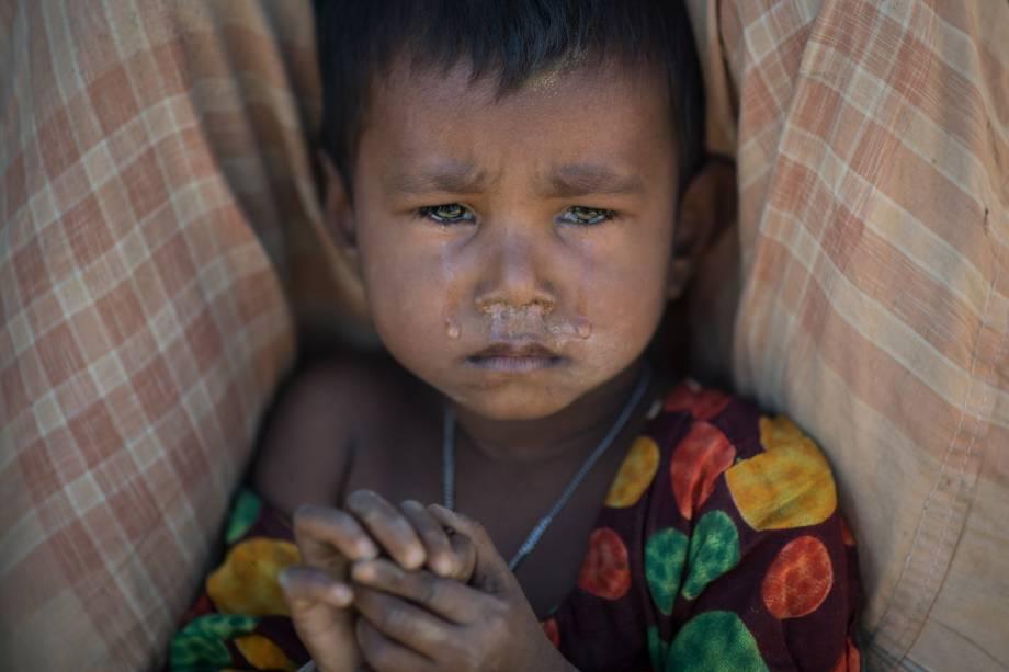 Criança refugiada rohingya chora enquanto se senta no campo de refugiados de Kutupalong no Coaz's Bazar em Bangladesh - 04/12/2017