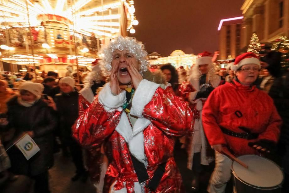 Pessoas vestidas como Papai Noel participam de uma marcha comemorando o próximo Ano Novo em Moscou, na Rússia - 29/12/2017