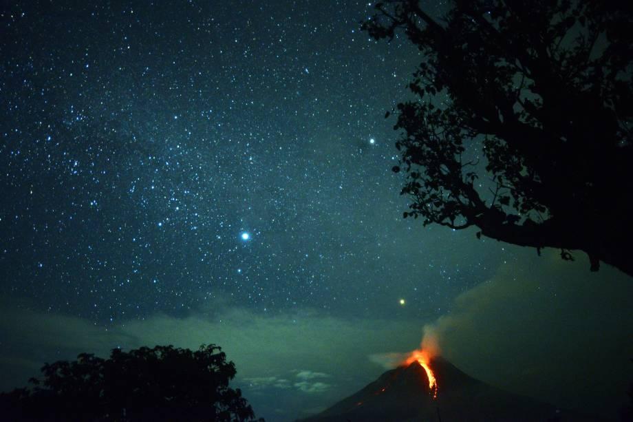 Erupção do vulcão Monte Sinabung  ilumina à noite em Karo, no norte da Sumatra, na Indonésia - 28/12/2017