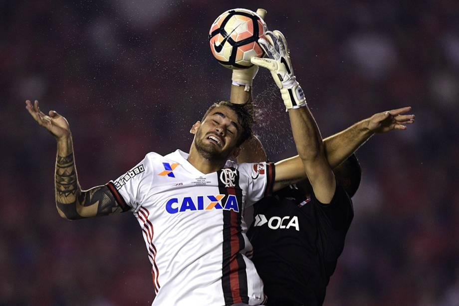 Felipe Vizeu, do Flamengo, durante lance na partida contra o Independiente, no primeiro jogo da final da Copa Sul-Americana, em Bueno Aires