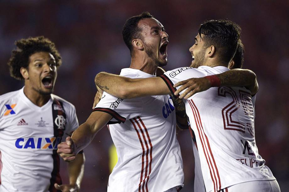 Jogadores do Flamengo comemoram gol contra o Independiente, no primeiro jogo da final da Copa Sul-Americana, em Bueno Aires