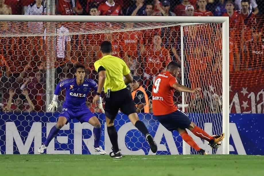 Emmanuel Gigliotti, do Independiente, durante lance que resultou no gol contra o Flamengo, no primeiro jogo da final da Copa Sul-Americana, em Bueno Aires