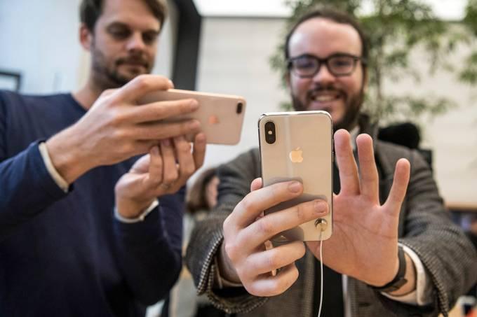 Clientes examinam novo iPhone x, em uma loja da Apple, em Londres – 03/11/2017