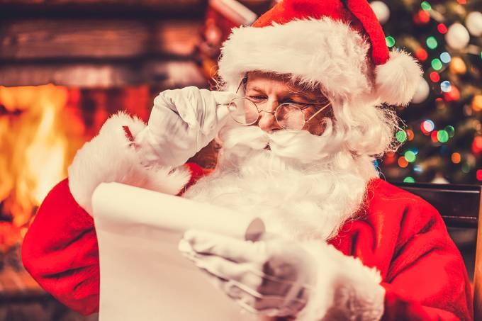 Papai Noel checando lista de natal