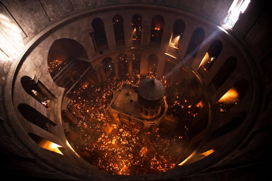 Fiéis seguram velas na Basílica do Santo Sepulcro, na Cidade Velha de Jerusalém