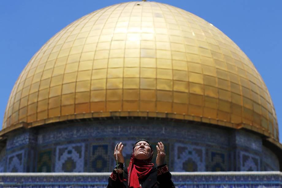 Mulher palestina reza em frente ao Domo da Rocha, na Cidade Velha de Jerusalém