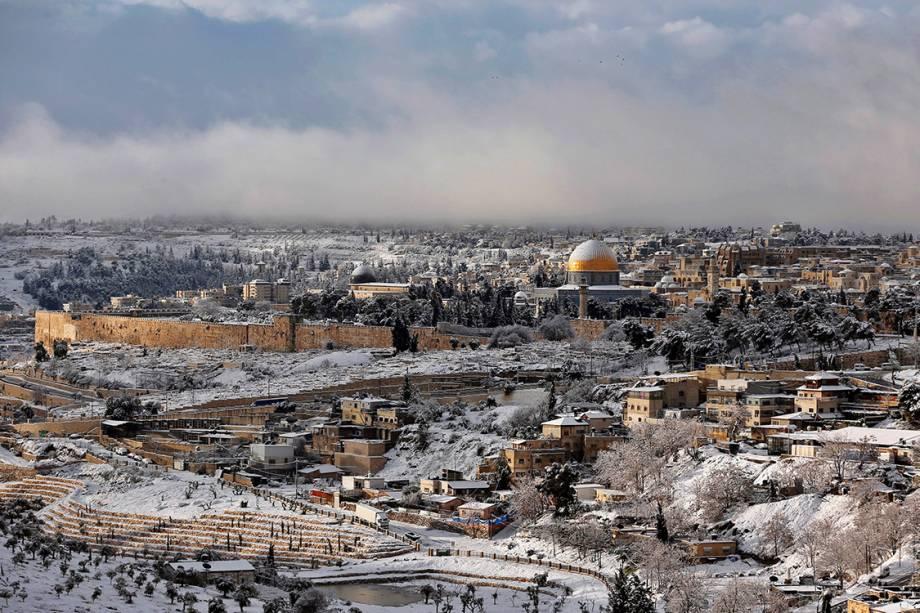 Cidade de Jerusalém coberta de neve