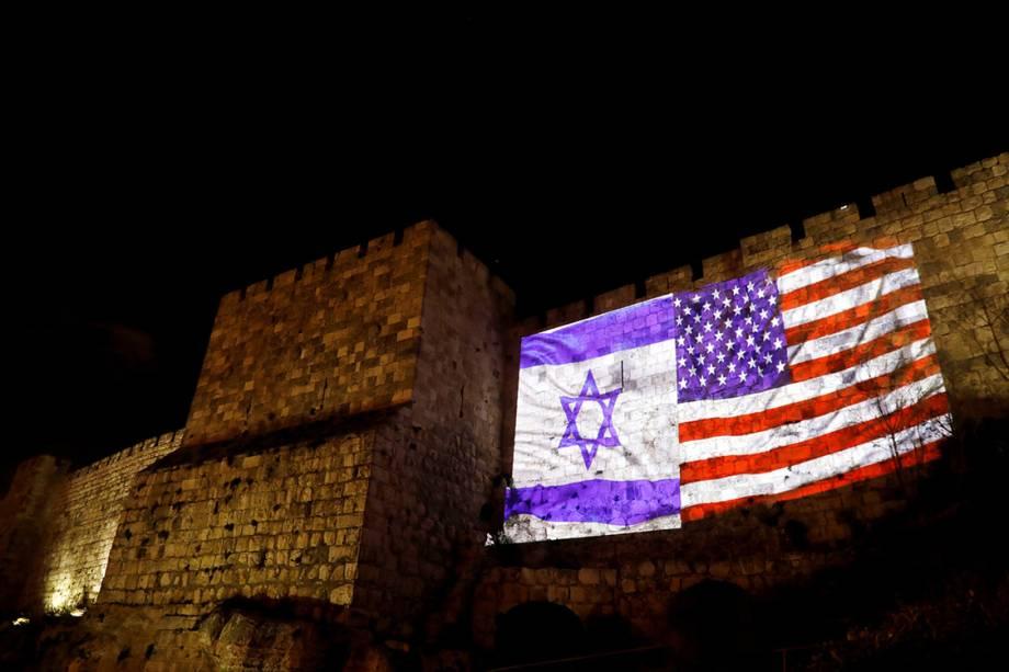 As bandeiras de Israel e dos Estados Unidos são projetadas nas muralhas que cercam a cidade de Jerusalém - 06/12/2017