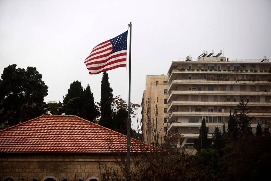 Bandeira americana é vista sobre o consulado dos Estados Unidos, em Jerusalém - 06/12/2017