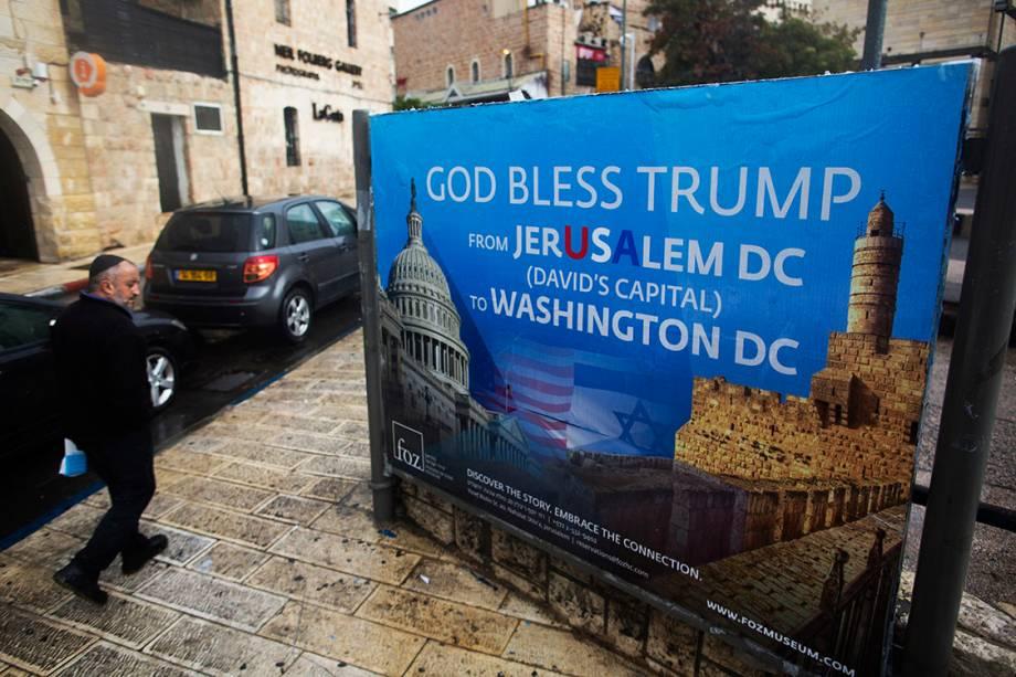 Cartaz saudando o presidente americano Donald Trump, é visto no centr de Jerusalém - 06/12/2017