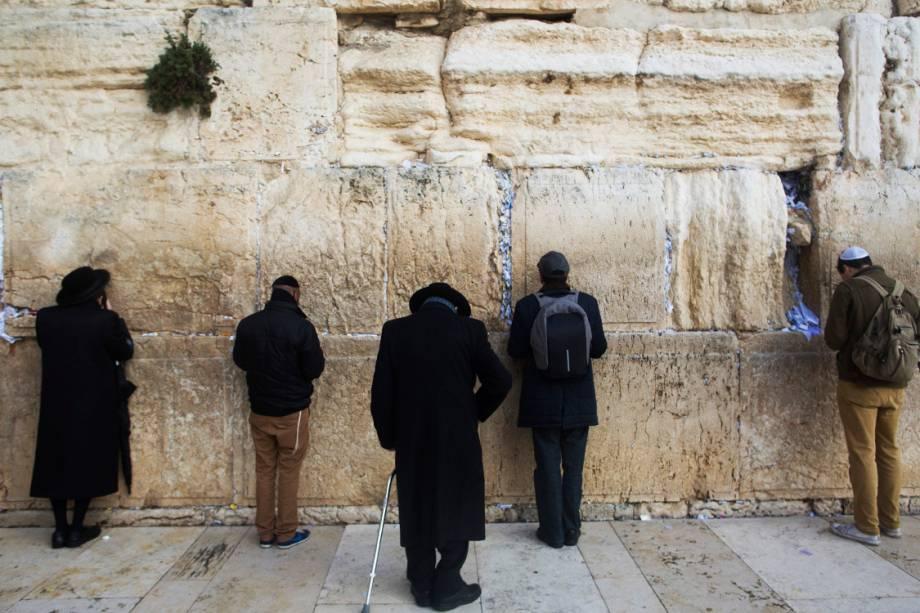 Judeus ultra ortodoxos rezam no Muro das Lamentações, em Jerusalém - 06/12/2017