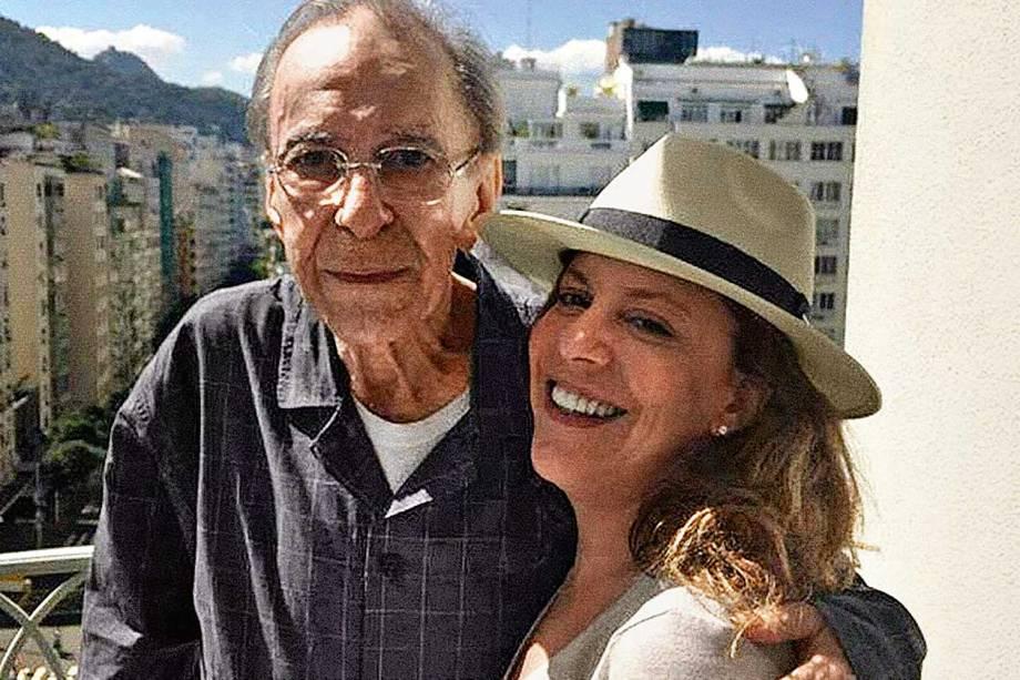 João Gilberto e sua filha Bebel Gilberto, no Rio de Janeiro, em junho de 2015