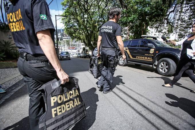 Em operação – Agentes da PF em ação: para a maioria dos ministros do Supremo Tribunal Federal, a polícia também pode fazer acordos de delação premiada