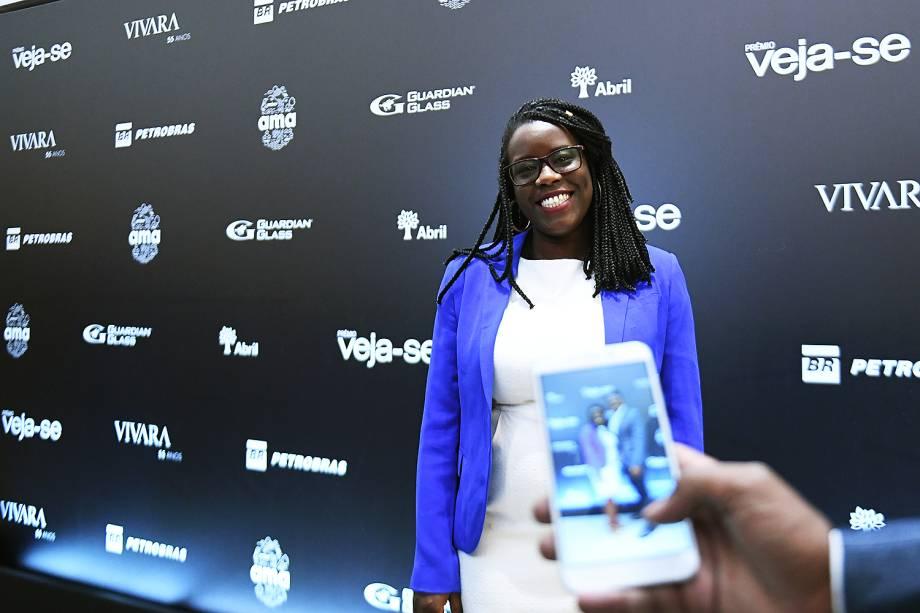 A psicóloga e empreendedora Maitê Lourenço, vencedora do Prêmio Veja-se na categoria 'Diversidade', chega à premiação, no Teatro Santander, em São Paulo.