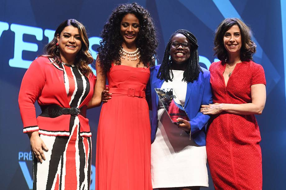 A psicóloga e empreendedora Maitê Lourenço recebe o Prêmio Veja-se na categoria 'Diversidade', ao lado da mestre de cerimônias do evento, a atriz Fernanda Torres, e das responsáveis pela entrega do troféu na categoria, a cantora Preta Gil e a miss brasil Monalysa Alcântara
