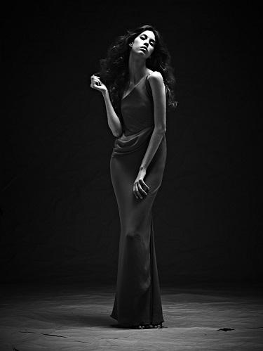 A modelo Manoel Gomide, com vestido criado pelo estilista brasileiro Ocimar Versolato