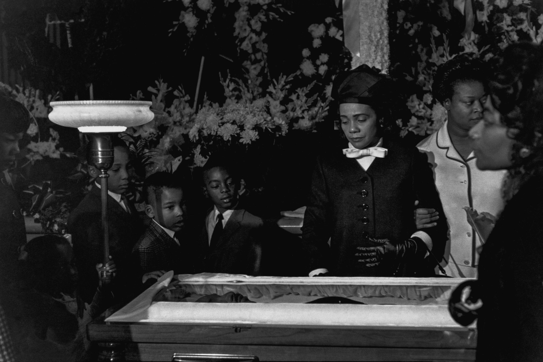 O corpo de Martin Luther King é velado por sua mulher