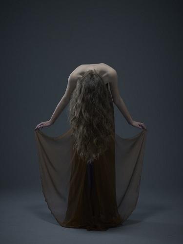 Modelo posa para foto com vestido criado pelo estilista brasileiro Ocimar Versolato