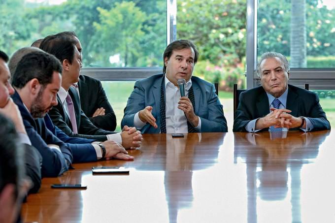 Esforço concentrado – Rodrigo Maia (com o microfone à mão) e Temer em reunião com líderes: contando votos