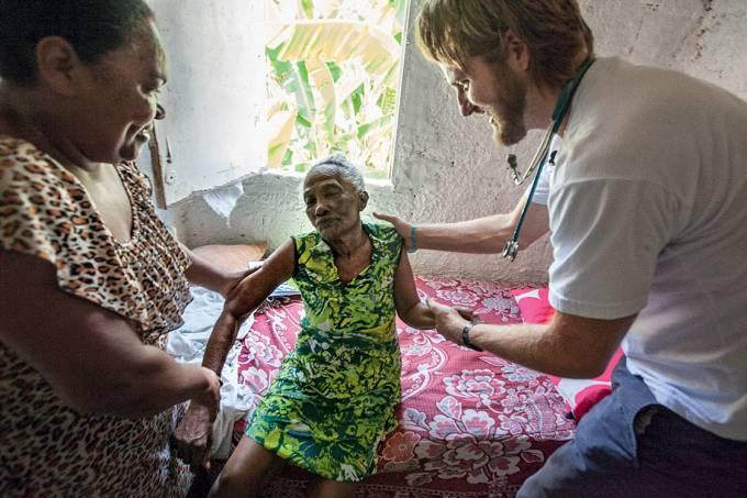 Frente e verso – Profissional do Mais Médicos na periferia de Salvador: o programa do governo federal atende 63 milhões de brasileiros carentes
