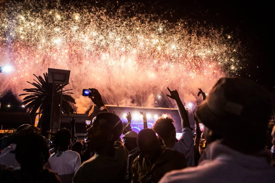 Pessoas celebram o Ano Novo na Praça Mary Fitzgerald, em Joanesburgo, na África do Sul