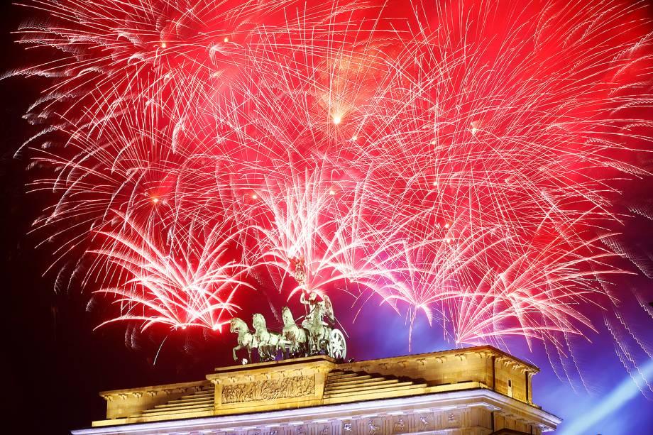 Fogos de artifício explodem próximos ao Portão de Brandemburgo, em Berlim, na Alemanha