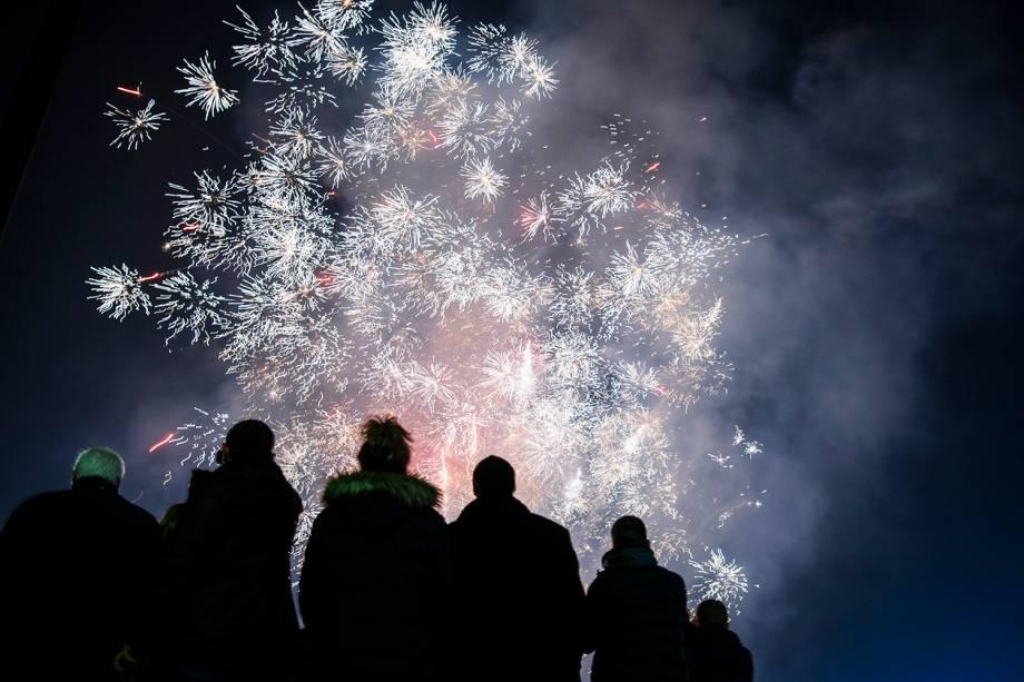 Pessoas observam queimas de fogos na região central de Sófia, capital da Bulgária, para celebrar a chegada do Ano Novo