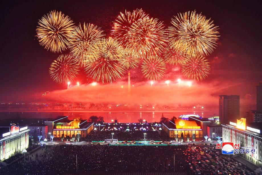 Queima de fogos celebram a chegada do Ano Novo em Pyongyang, capital da Coreia do Norte