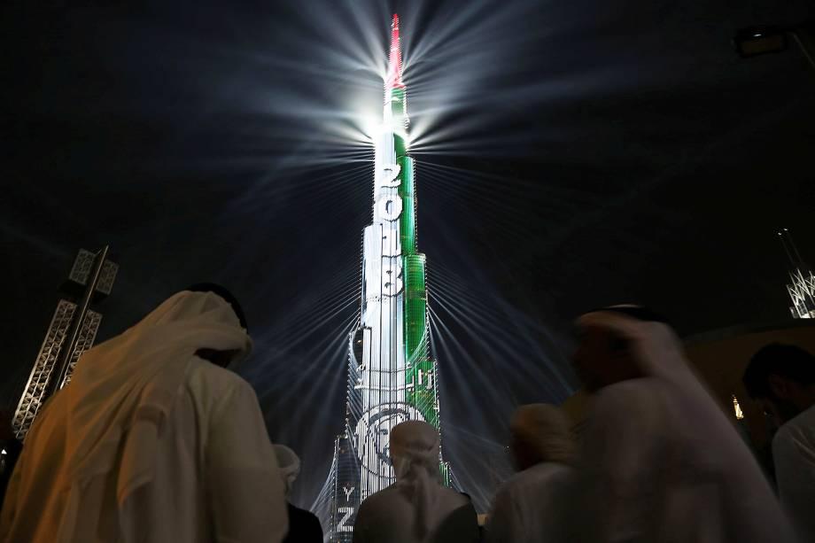 O Burj Khalifa - maior arranha-céu do mundo - é iluminado antes da queima de fogos em Dubai, nos Emirados Árabes Unidos