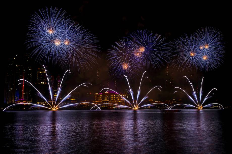 Fogos de artifício iluminam o céu de Dubai, nos Emirados Árabes Unidos, para celebrar a chegada do Ano Novo