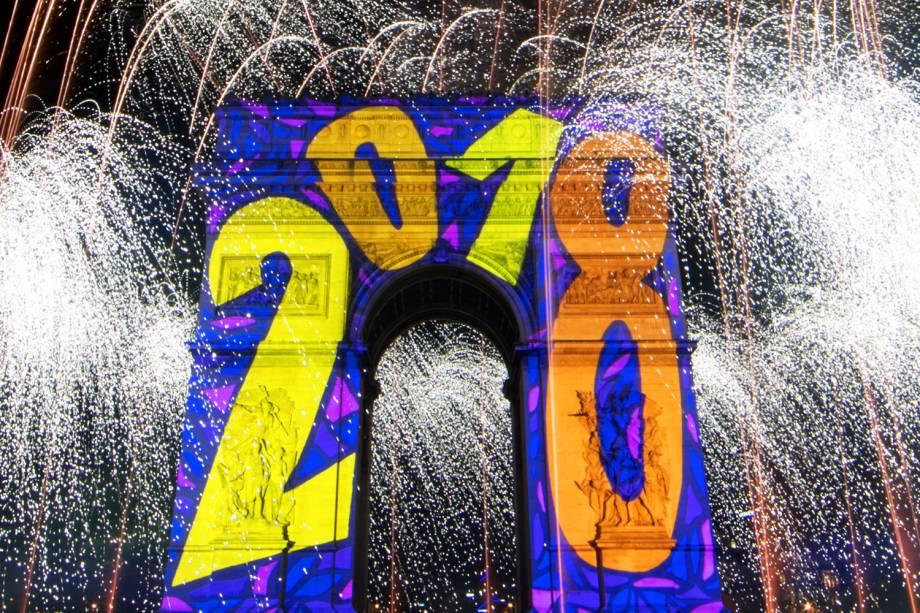 Fogos de artifício iluminam o Arco do Triunfo, em Paris, na França, na chegada do Ano Novo