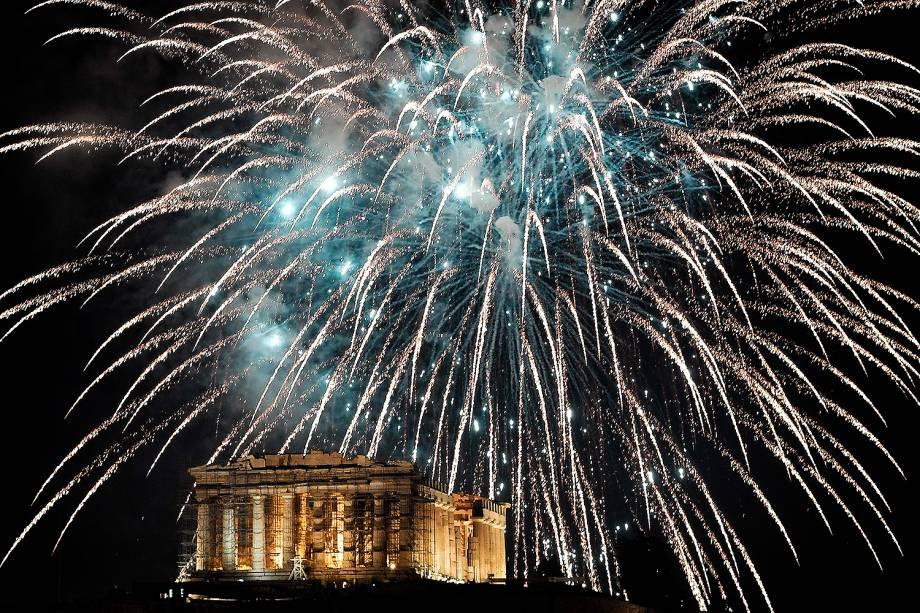 Fogos de artifício explodem sobre a Acrópole em Atenas, na Grécia