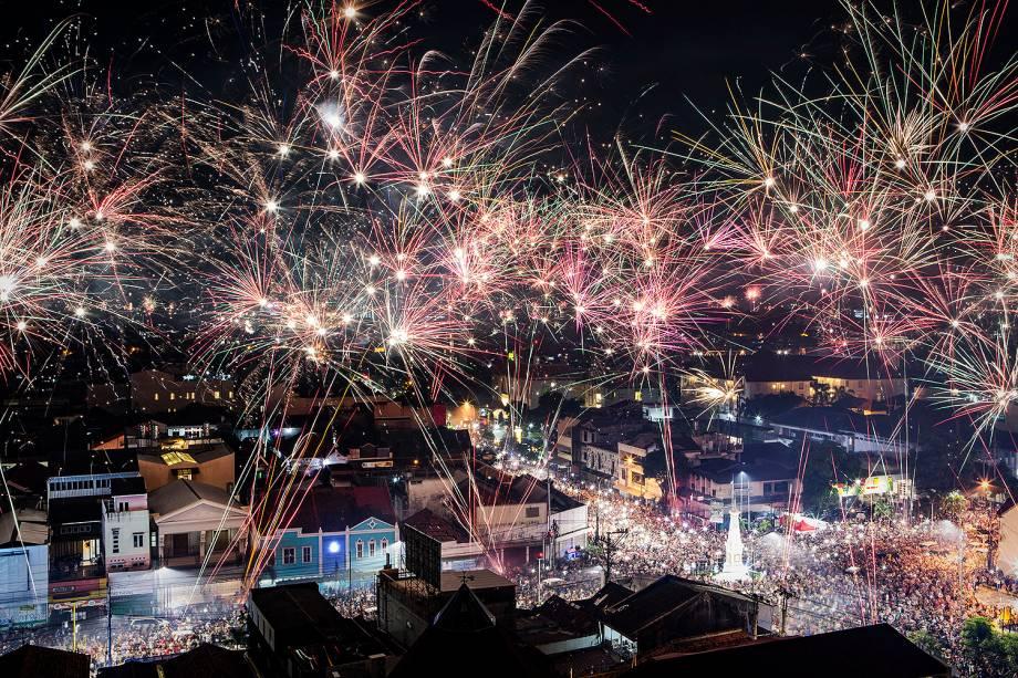 Fogos de artifício iluminam o céu na cidade de Jogjacarta, na Indonésia, durante a celebração do Ano Novo