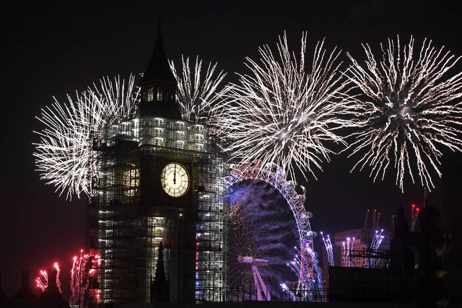 Queima de fogos ilumina o céu de Londres, na Inglaterra, próximo do Big Ben e da roda-gigante London Eye