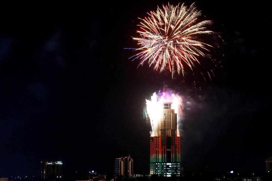 Fogos de artifício explodem sobre edifício em Nairobi, capital do Quênia, durante a celebração da chegada do Ano Novo