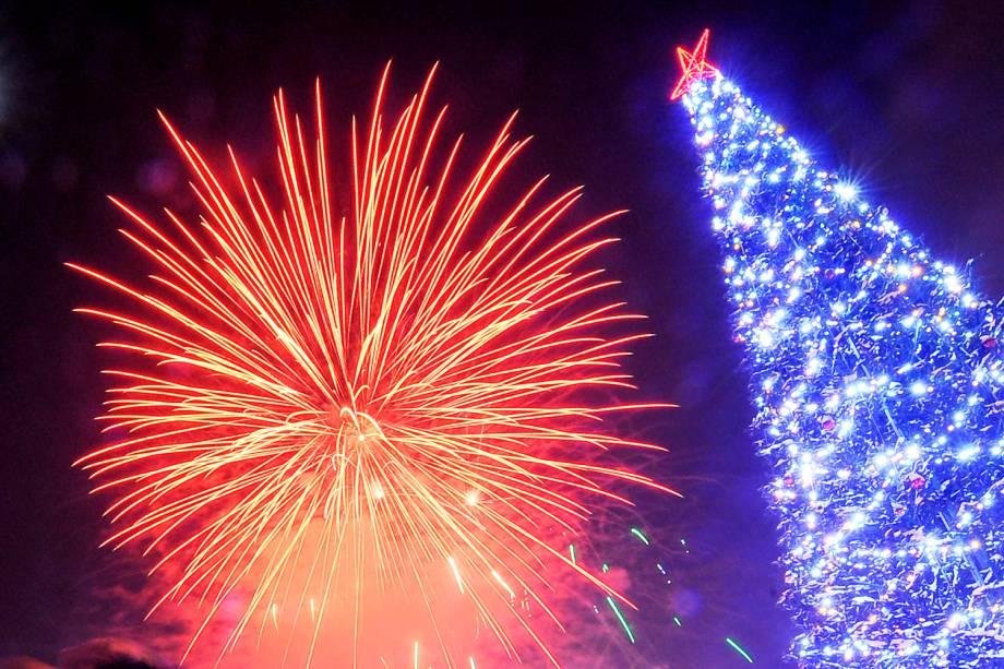 Fogos de artifício iluminam o céu na região central de Novosibirsk, na Rússia, durante a celebração do Ano Novo
