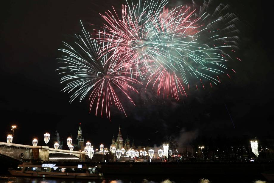 Queima de fogos sobre o Kremlin e a Catedral de São Basílio iluminam Moscou, capital da Rússia