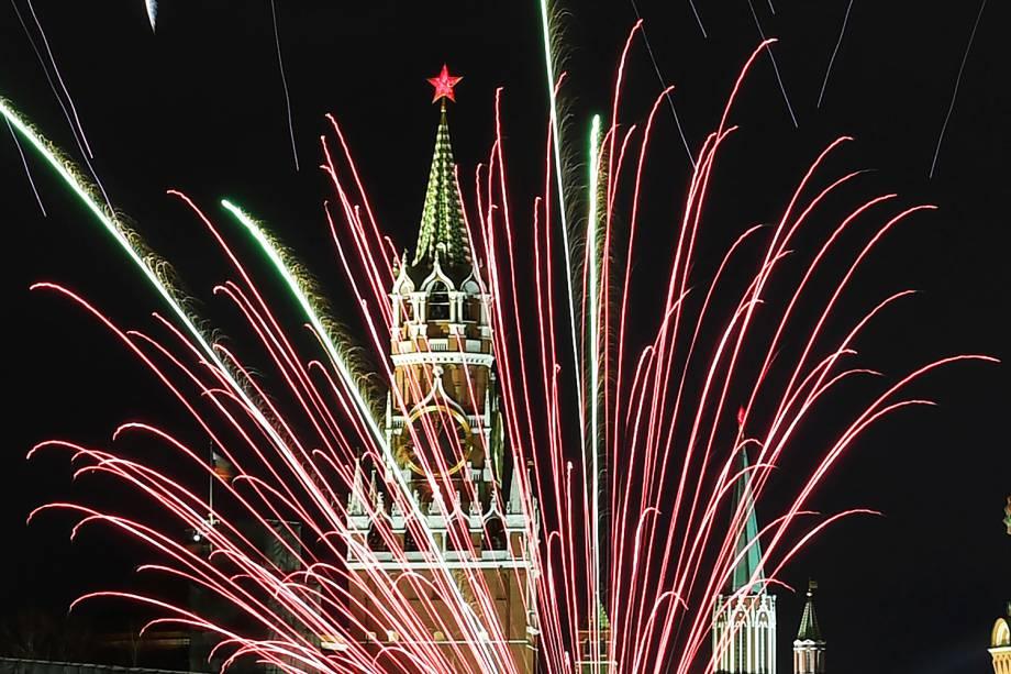 Fogos de artifício explodem sobre o Kremlin - sede do governo russo - em Moscou, durante a celebração do Ano Novo