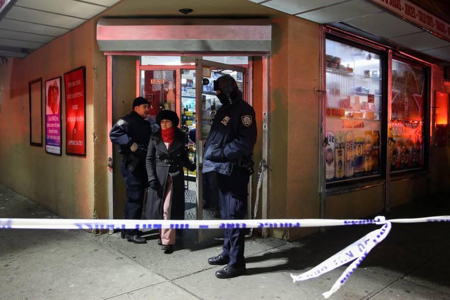 Policiais auxiliam a saída de moradores de um edifício de apartamentos durante incêndio no bairro do Bronx, em Nova York - 28/12/2017