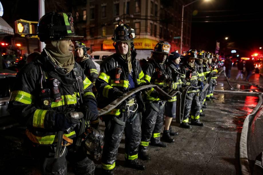 Bombeiros trabalham para controlar um incêndio e resgatar as vítimas em um edifício de apartamentos no bairro do Bronx, em Nova York - 28/12/2017